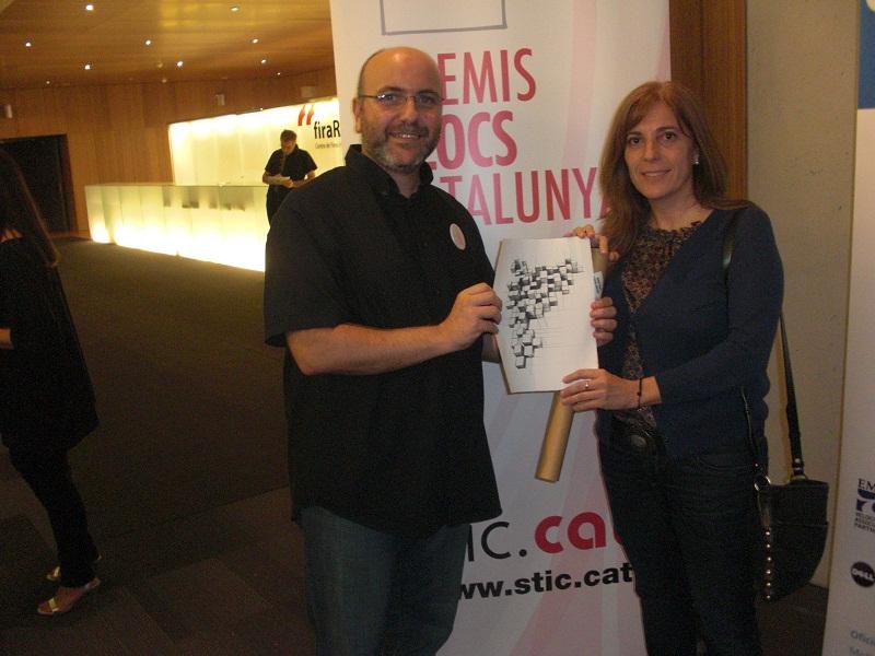 Anna Sunyer, presidenta de Plataforma Educativa, i Roger Casero, coordinador web de l'entitat, amb el Premi Bloc Catalunya 2012